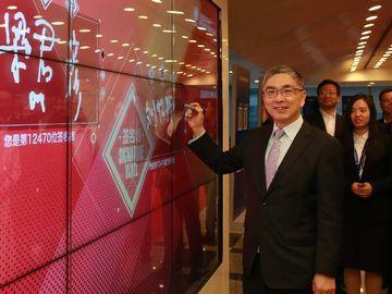 香港財經事務及庫務局局長劉怡翔與立法會議員參觀上海證券交易所,並在簽名牆簽名留念。