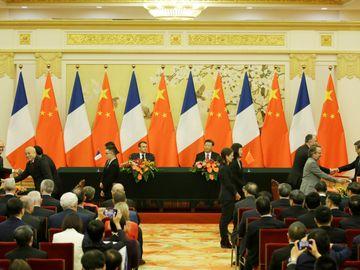 中國國家主席習近平周三(6日)在北京人民大會堂與法國總統馬克龍舉行會談。中方為馬克龍舉行歡迎儀式,他和習近平二人一同檢閱儀仗隊。預料會後雙方將簽署40多項合作協議,包括承諾巴黎氣候協定不可逆轉。