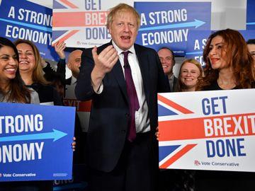英國周四大選,最新民意調查顯示,保守黨支持度領先工黨14個百分點。首相約翰遜呼籲支持者努力爭取勝利,避免重蹈2017年大選覆轍。