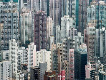 很多網友說,未來幾年環球經濟都會差,樓價應該仲有排跌。遇上經濟逆境究竟做生意好,還是投資買樓收租好?(圖片:路透社)