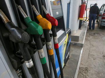 由於儲油空間缺乏及全球對能源需求下降的問題仍在,紐約 6 月期油被拋售大跌 8.86 美元。港元匯價持續轉強,再次觸發 7.75 港元兌一美元的強方兌換保證。(圖片:路透社)
