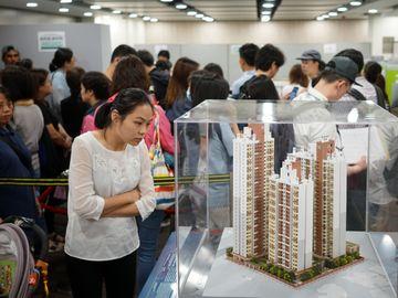 新居屋白居二分別, 白表資格, 供應量, 按揭成數, 轉讓限制比較, 香港財經時報HKBT
