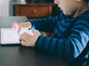 電子產品-電視-平板電腦-手機-嬰幼兒發展-兒童發展-專注力-香港財經時報HKBT