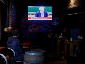 英國疫情-約翰遜-利物浦-酒吧-香港財經時報HKBT