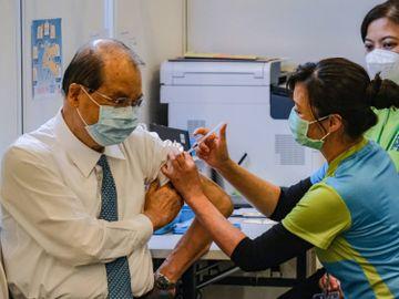名潮食館群組玩第二代傳播-張建宗憂慮疫情有上升趨勢-至今逾13600人接種首劑新冠疫苗-香港財經時報HKBT
