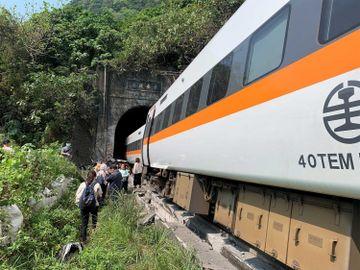 台鐵出軌-台灣近半世紀最嚴重鐵路事故-太魯閣號與斜坡滑落工程車相撞-香港財經時報HKBT