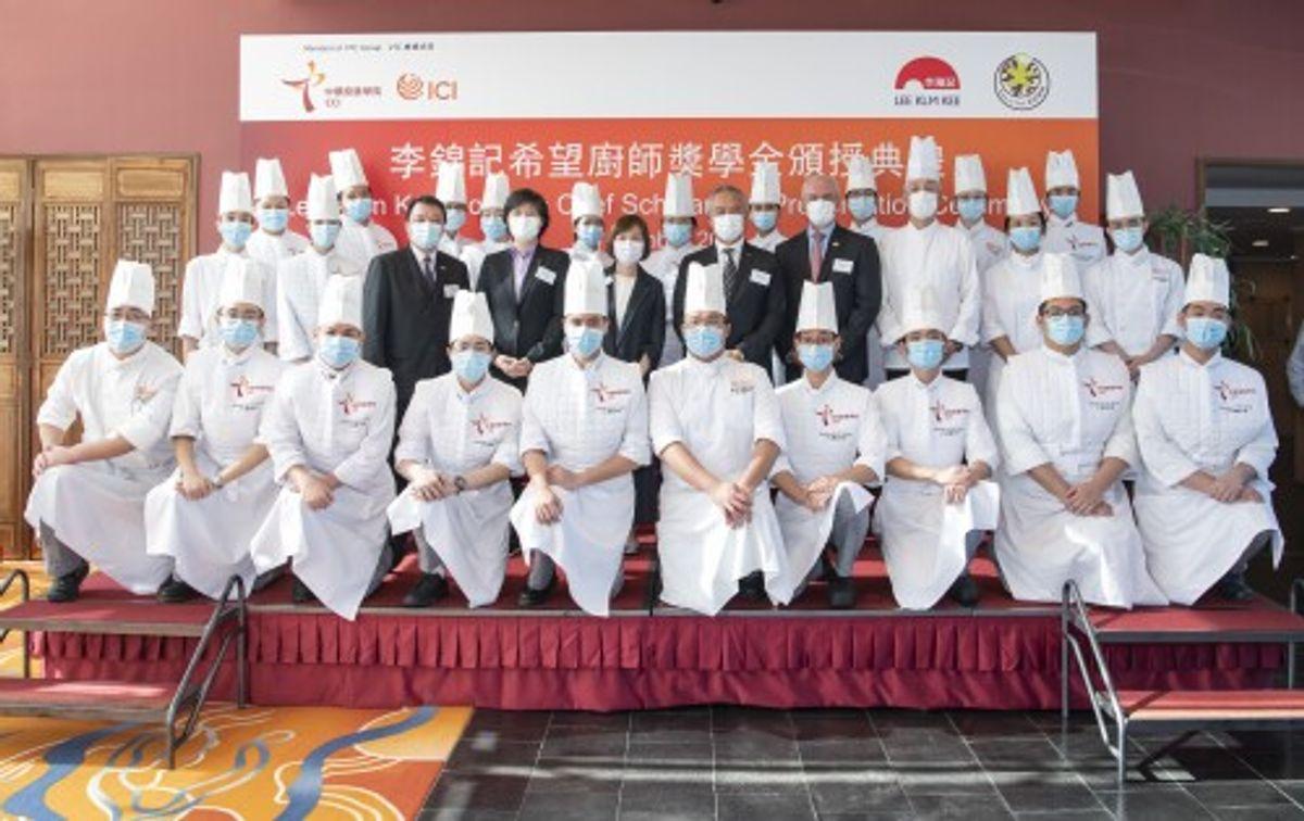 中華廚藝學院及國際廚藝學院院長何少娟女士(第二排左五)、李錦記醬料集團主席李惠中先生(第二排左六)及行政總裁林碧寶女士(第二排左四)向中華廚藝學院及國際廚藝學院畢業生及學員頒發獎學金。