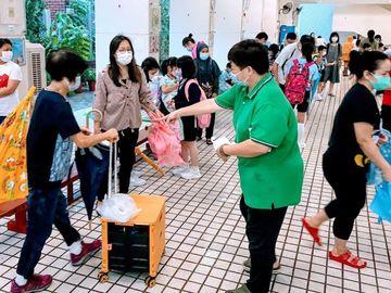 老師遞紙巾, 用風筒為學生吹乾濕髮, 林德育校長, 風雨中的美麗景色, 香港財經時報