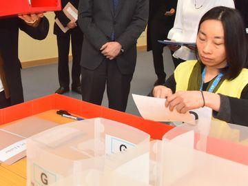 選舉事務處請常務助理, 入職要求, 中五程度, 面試測中英文輸入速度, 香港財經時土水