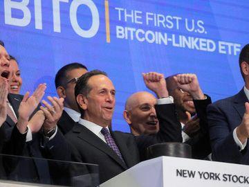 BitcoinETF, 首日掛牌, 與直接買比特幣比較, 風險, 回報, 加密貨幣, 虛擬貨幣, HKBT, 香港財經時報