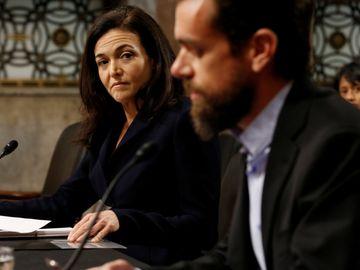 桑德伯格(左)和多西就採取行動防止海外試圖影響美國大選和政治言論的努力進行證詞陳述。